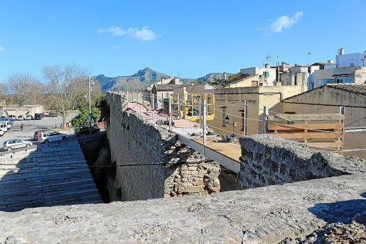 Las nuevas pasarelas salvan los tramos no conservados de la muralla oeste y norte prolongando el paso peatonal habilitado hace más de una década más allá de la Porta de la Vilaroja y hasta la Porta de Mallorca o Porta de Sant Sebastià, principal acceso a la muralla medieval.