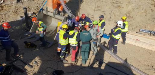 Miembros y agentes de la Guardia Civil, en el lugar donde está el túnel para rescatar a Julen.