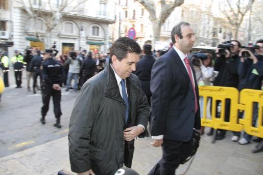 Jaume Matas, con semblante serio y acompañado por su abogado, llegando a la Audiencia.