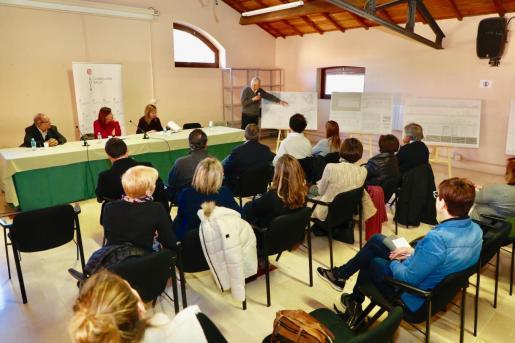 El proyecto ha sido presentado en el Casal de Barri s'Escorxador y, además de las autoridades, ha asistido uno de los arquitectos de la UTE que ha redactado el proyecto del futuro centro de salud.