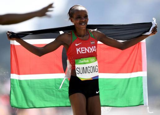 La keniana Jemima Sumgong celebra su victoria en el maratón de los Juegos Olímpicos de Río 2016.