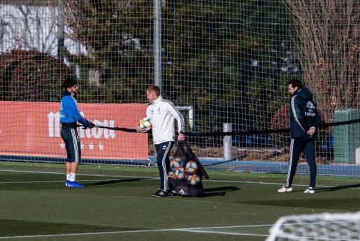 Marco Asensio (izquierda) conversa con Santiago Solari (derecha) durante un entrenamiento del Real Madrid.