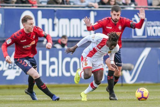 Merveil Ndockyt avanza con el balón entre Carlos Clerc y Fran Mérida durante el partido contra Osasuna.