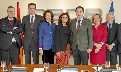 Gregorio Izquierdo, Rafael Barbadillo; la presidenta de la CAEB, Carmen Planas; la ministra de Hacienda, María Jesús Montero; Antonio Garamendi, Pilar González y Valentí Pich.