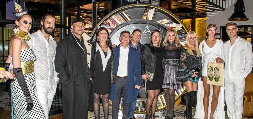 La consellera y vicepresidenta segunda del Consell d'Eivissa Marta Díaz junto a Sito de DC10 y unos amigos.
