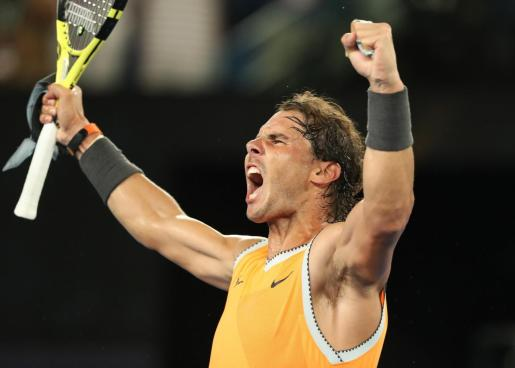El mallorquín Rafael Nadal celebra su victoria ante el griego Stefanos Tsitsipas y su clasificación para la final del Abierto de Australia.