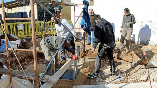 El equipo de arqueólogos de Aranzadi trabajando en el pozo o osario del cementerio de Alaró.