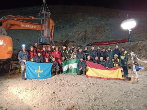 Bomberos, mineros y guardias civiles aparecen junto al pozo, tras el terrible desenlace. Jacobo está el antepenúltimo de la fila superior (derecha).