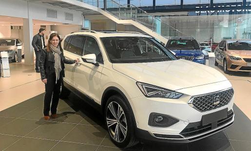 Mireia Prades, gerente del concesionario Blau Motors, con el nuevo SEAT Tarraco.