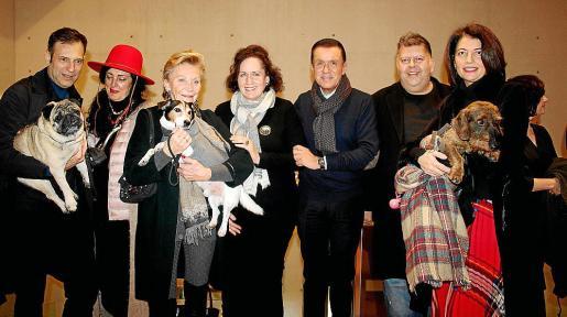Pedro Vidal con 'Vostell', Luisa del Valle, Cecil Sandberg y 'Dexter', Pilar Ribal, Jaime Colomar, Pep Guerrero y Dolores Ripoll con 'Oto'.