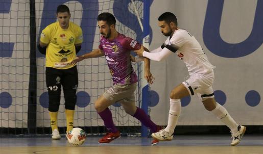 Joselito conduce el balón en un partido de la presente temporada.