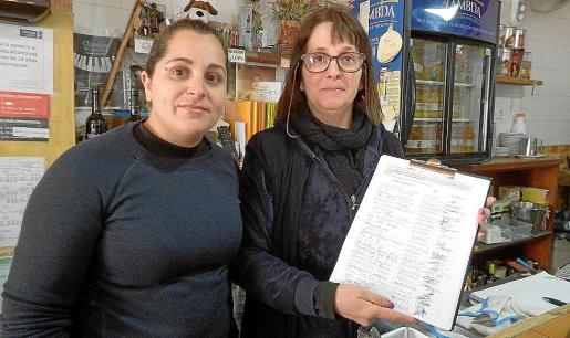 Catalina Fiol y Magdalena González, del bar Central, con las firmas ya recogidas.