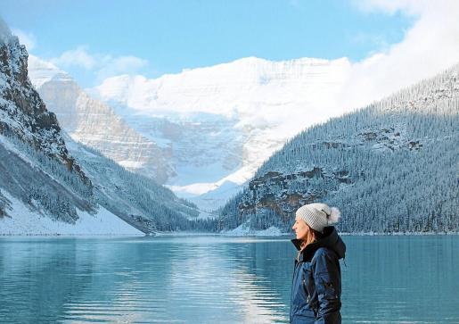 Isabel Pericás, en el lago Louise de Canadá, la tierra de su marido, Casey, su mejor compañero de viaje.
