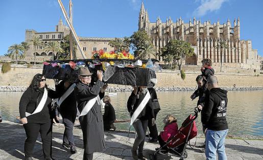 La imagen es del pasado diciembre, cuando se organizó una 'performance' que simulaba el entierro del plástico y a la que se sumaron representantes de los partidos políticos que apoyan la ley que hoy aprueba el Parlament.