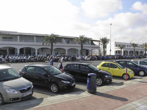 La ley fija un tope en la circulación de coches, motos y furgonetas durante la temporada turística y un máximo para las empresas de alquiler.