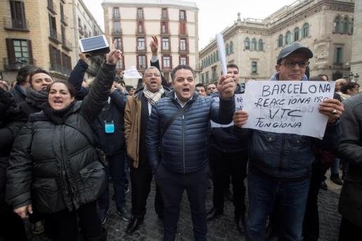 Centenares de conductores de los llamados VTC concentrados en la plaza Sant Jaume de Barcelona para protestar por la regulación del sector que el Govern catalán.