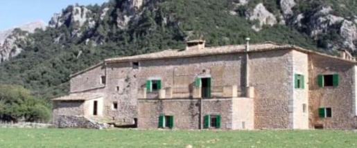 La 'possessió', con vistas al Port de Sóller, cuenta con una 'tafona', una capilla, un coto de caza y una fuente.