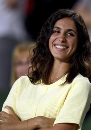 La novia del tenista español Rafael Nadal sonríe durante un partido de su pareja en 2017.