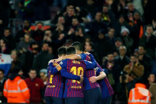 Los jugadores del FC Barcelona celebran el segundo gol ante el Sevilla, durante el partido de vuelta de los cuartos de final de la Copa del Rey.