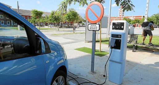 Vehículo eléctrico, en un punto de recarga de Menorca. El objetivo es llegar a 1.000 en Balears.