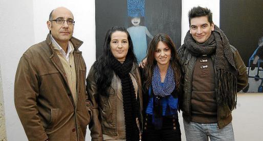 Joan Carles Gomis, Cati Artigues, Bel Fullana y Mario Mañas posan ante una de las obras de la autora en la planta baja de Torre de ses Puntes.