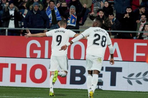 El delantero francés del Real Madrid Karim Benzema (i) celebra su segundo gol, y segundo del equipo ante el Girona.