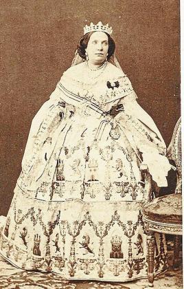 Isabel II, con un vestido bordado por 'las mallorquinas'. Foto de Laurent, 1860.