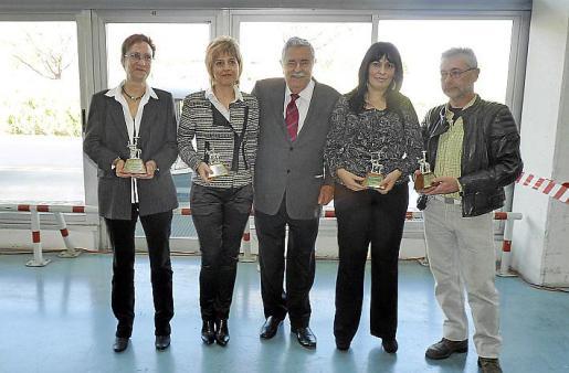 Pere A. Serra junto a Concepción Obrador, María Verger, Cati Colomar y Víctor Torres, que recibieron un siurell por sus venticinco años en la empresa.