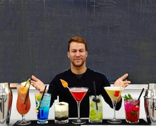 Alberto Seguí prepara cócteles para la apertura de Weyler bar en 2013.