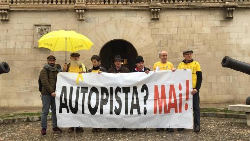 Los miembros de la plataforma antiautopistas se han manifestado este viernes frente al Consolat de la Mar.
