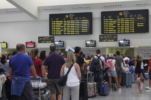 Cola de turistas en el aeropuerto de Menorca.