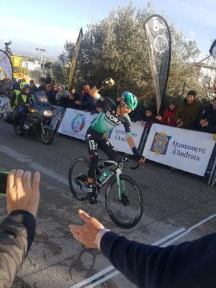 Buchmann celebra la victoria en Lloseta.