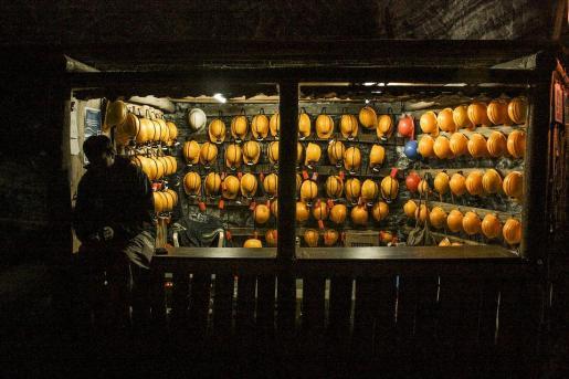 Imagen de archivo de cascos de mineros en la entrada de una mina.