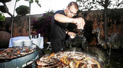 Javier Bermudo, preparando una parrillada de pescado en una residencia privada.