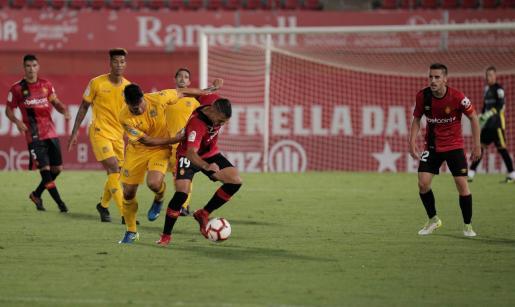 Lance del partido disputado en Son Moix entre el Real Mallorca y el Alcorcón correspondiente al Trofeu Ciutat de Palma.