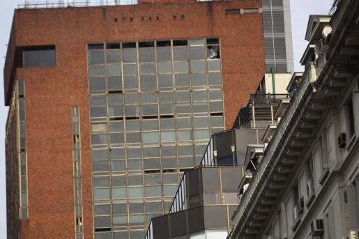 Detalle de las ventanas afectadas por el incendio de un hotel del centro de Buenos Aires (Argentina) este viernes.