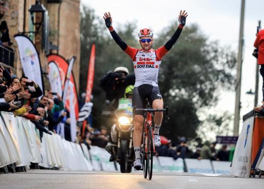 El ciclista belga Tim Wellens (Lotto-Soudal) cruza la meta de la tercera prueba de la Challenge Mallorca, el Trofeo Serra de Tramuntana-Sóller-Deià.