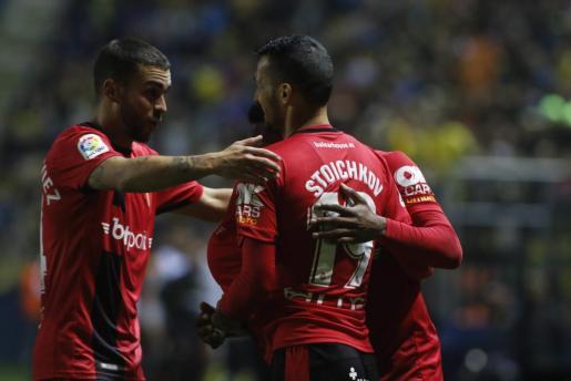 Dani Rodríguez y Lago Junior felicitan a Stoichkov tras el gol que marcó el Mallorca en Cádiz