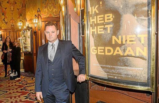 Romano van der Dussen, en el cine Tuschinski de Ámsterdam, con el cartel del documental.