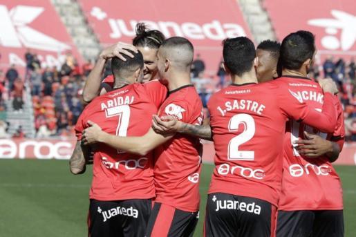 Los jugadores del Mallorca celebran uno de los goles.