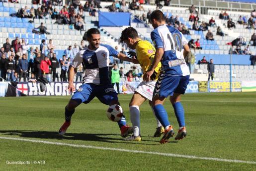 El jugador del Atlético Baleares Samuel Shashoua intenta marcharse de dos rivales en el partido disputado este domingo ante el Sabadell en la Nova Creu Alta.