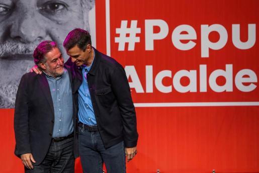 El presidente del Gobierno y secretario general de los socialistas, Pedro Sánchez (d), presenta la precandidatura del exseleccionador de baloncesto Pepu Hernández (i) a las primarias del PSOE para ser el candidato a la alcaldía de Madrid.