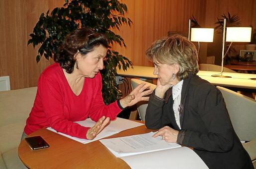 Un momento de la reunión que mantuvieron Fina Santiago y María Luis Carcedo.