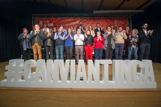 Virgilio Moreno, en el centro de la imagen, junto al equipo con el que opta a la reelección.