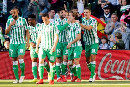Sus compañeros festejan con Canales el gol de la victoria frente al Atlético.