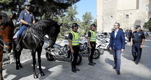 José Hila pasa en mayo de 2017 revisión a una formación de la Policía Local en Dalt Murada de Palma.