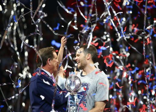 Tom Brady, con su hija en brazos, celebrando el triunfo.