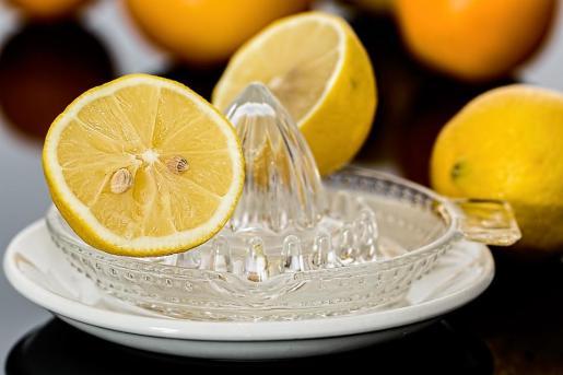 El zumo de limón no cura el cáncer.