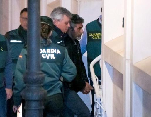 El asesino confeso de la joven zamorana de 26 años Laura Luelmo, Bernardo Montoya (c), a su llegada a los juzgados de Valverde del Camino (Huelva).