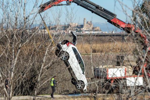Efectivos del cuerpo de los Mossos d'Esquadra rescataron este mediodía del fondo del canal de Serós (Lleida), el vehículo de Núria Borrás, cuya desaparición se denunció este fin de semana y cuyo cadáver fue localizado en el interior de su coche.